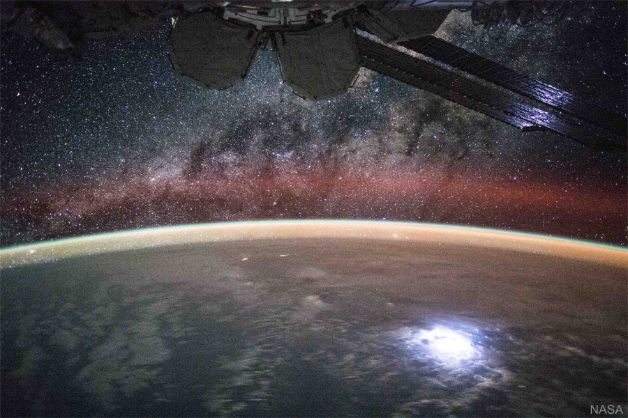 چشم انداز ایستگاه بین المللی فضایی: زمین و کهکشان