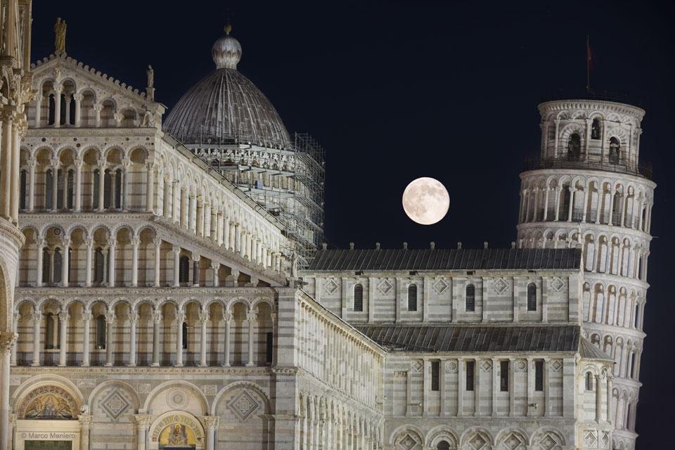 ماه و برج پیزا