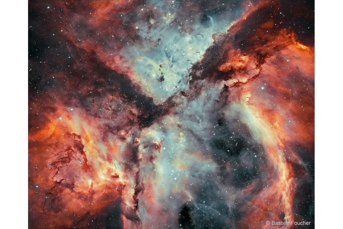 ستاره ها، گاز و گرد و غبار در سحابی کارینا