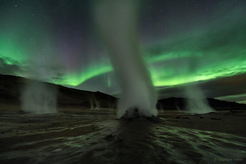 رقص ستون های بخار در مقابل نورهای سبز شمالی