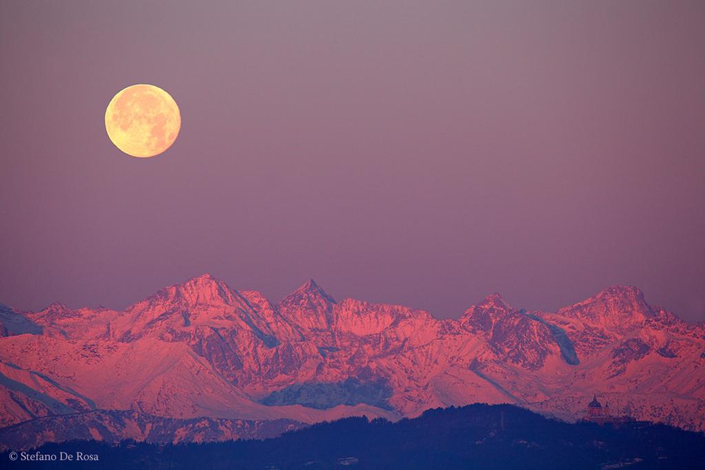 غروب ماه در قلههای آلپ