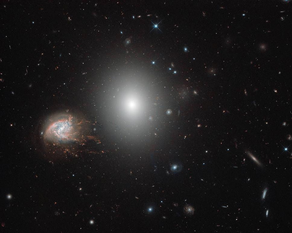 کهکشان مارپیچی و بیضوی با همراهی هزاران کهکشان دیگر