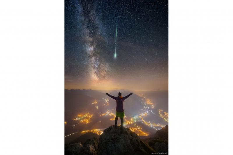 شهاب و کهکشان بر فراز رشته کوه آلپ