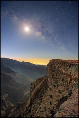 کهکشان راه شیری در نور ماه
