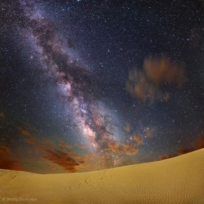 کهکشان راه شیری برفراز تپه های شنی