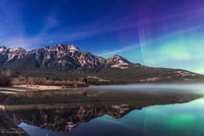 شفق قطبی برفراز کوه های هرمی در کانادا