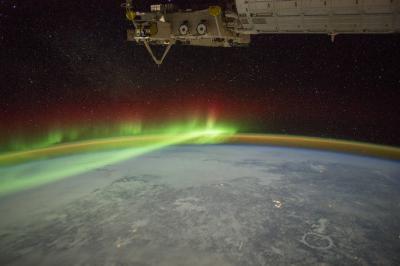 شفق قطبی و  هواتاب از فضا