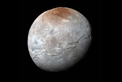 پلوتو قمر بزرگ خود را رنگ می کند