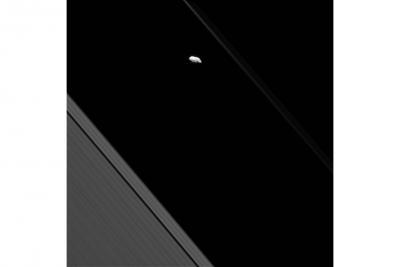 حلقه کم نور F و قمر پرومتئوس