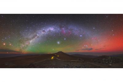 کهکشان راه شیری و هواتاب در آسمان نیم کره جنوبی