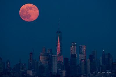 طلوع ماه در آسمان منهتن