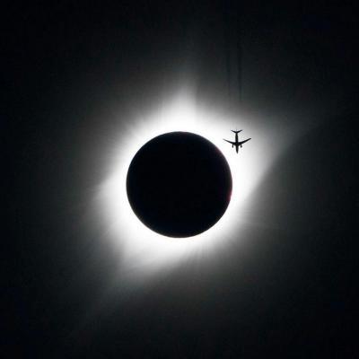 عبور هواپیما از کنار خورشید
