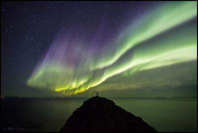 منظره نورهای شمالی در بالای کوه