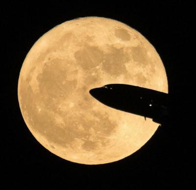ابر ماه و پرواز هواپیما