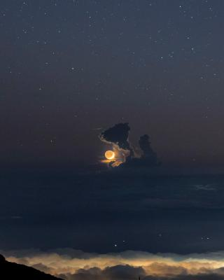 هلال ماه پشت ابرهای کومولوس