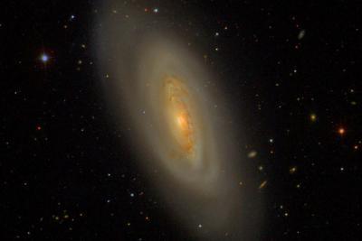 کهکشان مارپیچی M90