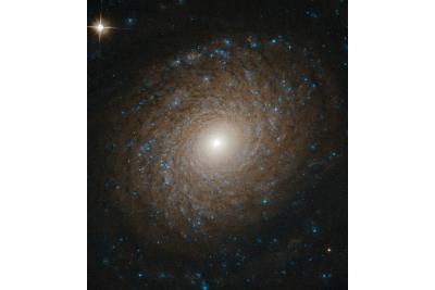 کهکشان NGC 2985، یک کهکشان مارپیچی کامل